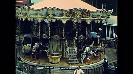 archívum : San Francisco, California, United States - in 1980: Archival eighties tourist crowd in shops and restaurants of shopping center at Pier 39, Fishermans Wharf. Leisure and carousel recreation in 1980s.