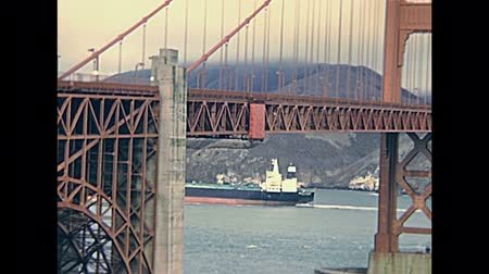 baterie : Archival eighties Golden Gate Bridge, vintage panorama at Presidio Battery East Vista with cargo boat in the sea. San Francisco, California, United States in 1980. Battery East Vista. Wideo