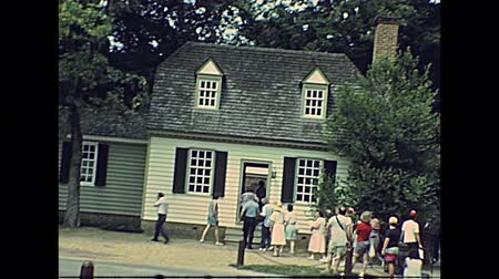 Виргиния : Williamsburg, Virginia, United States - in 1980: The historical colonial Williamsburg Village in USA 80s archival. Buildings from 1699 to 1780 houses, shops and tourists.