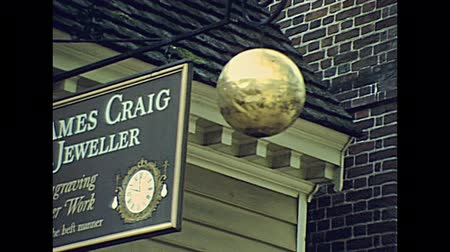 Виргиния : Williamsburg, Virginia, United States - in 1980: colonial stores in the historical Williamsburg historic town in 80s archival. town hall and clock tower from 1699 al 1780, tourists and 1700 clothes.