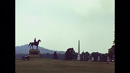 národní památka : Gettysburg, Pennsylvania, United States - in 1980: The historical Gettysburg national military park cemetery of USA in 80s archival . Statue of General George Meade and State of Pennsylvania Monument.