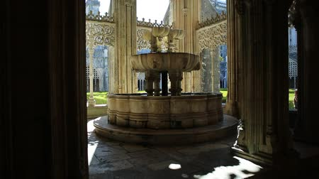 eu : Batalha, Portugal - August 16, 2017: fountain in the Royal Cloister or King Joao I cloister at Monastery of Batalha or Monastery of Saint Mary of the Victory, Batalha, Central Portugal.Unesco Heritage Vídeos