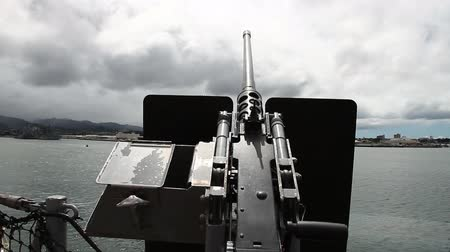 pacífico : Old machine gun of the battleship against blue cloudy sky at Pearl Harbor memorial site. Honolulu Hawaii, Oahu island of United States.