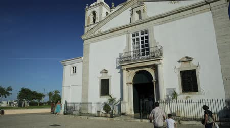 infante : Lagos, Portugal - August 19, 2017: facade of Igreja de Santa Maria in the old town of Lagos, Algarve, in Infante Dom Henrique square. Front view. Blue sky, sunny day. Stock Footage