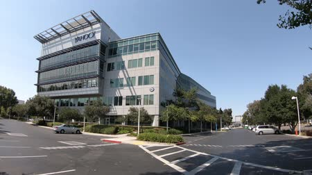 global iş : Sunnyvale, California, United States - August 12, 2018: Yahoo Headquarters facade building. Yahoo is a multinational technology company that is known for its web portal. Stok Video