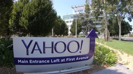 штаб квартира : Sunnyvale, California, United States - August 12, 2018: close up of Yahoo Main Entrace Left and First Avenue at Yahoo Headquarters located in Sunnyvale. Yahoo is a multinational technology company.
