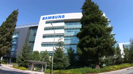 silicon : Mountain View, United States - August 13, 2018: Samsung Research America building in Silicon Valley, California. SRA is a research and develop division for new technologies of Samsung. Stock Footage