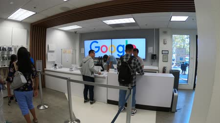 visitantes : Mountain View, California, United States - August 13, 2018: interior of Merchandise Store of Google that sells T-shirts, hats, mugs and souvenirs with Google, YouTube, Android and branding. Stock Footage