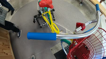 visitante : Mountain View, California, United States - August 13, 2018: colorful Googles Bike inside the Merchandise Store of Google in Silicon Valley. Gadget and branded souvenirs are sold in the shop.