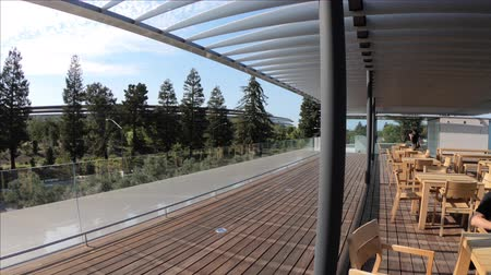telhado : Cupertino, CA, United States - August 12, 2018: roof terrace of Apple Park Visitor Center overlooking the new futuristic Apple Headquarters with Campus. Silicon Valley, south San Francisco bay area.