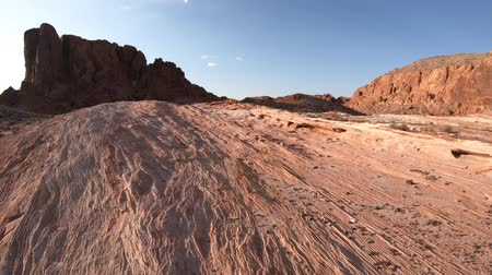 Вегас : Valley of Fire Gibraltar rock at sunset. Panorama of popular striped lines around the lip of Fire Wave. Nevada, summer travel holidays, United States