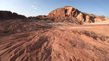vallei : Strepen in rode rots langs Fire Wave Hike in Valley of Fire State Park bij zonsondergang in Nevada, Verenigde Staten. Kleurrijke lijnen in Mojave-woestijnlandschap. Fire Wave is het meest spectaculaire parcours in het park Stockvideo