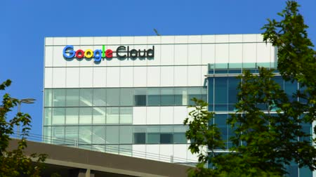 szilícium : Sunnyvale, California, USA - August 12, 2018: Google Cloud sign on top of Google building. Google is a technology company leader in internet services, advertising, search engine, hardware and software