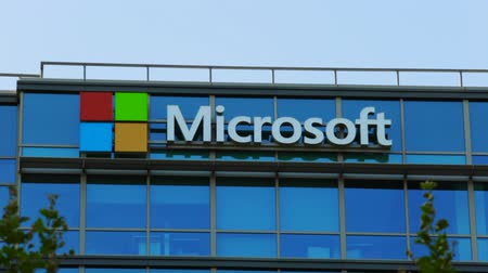 szilícium : Sunnyvale, California, United States - August 13, 2018: The logo in use since August 2012 of Microsoft at top of building glass of Microsoft Corporationin Silicon Valley, San Francisco Bay area.