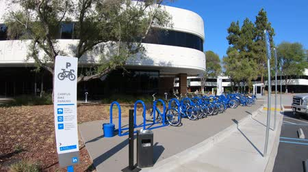 szilícium : Mountain View, California, United States - August 13, 2018: new Linkedin company campus HQ in Silicon Valley. Linkedin is a business and employment oriented professional social network service.