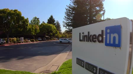 szilícium : Mountain View, CA, United States - August 13, 2018: Linkedin logo of Corp Sign at 700 East Middlefield Road, new Linkedin company campus HQ in Silicon Valley. Stock mozgókép