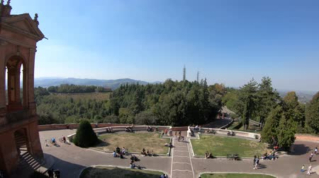 oszlopsor : Bologna, Italy - September 29, 2018: top view of courtyard of Madonna of San Luca Sanctuary on Bologna hills with international tourists. Stock mozgókép