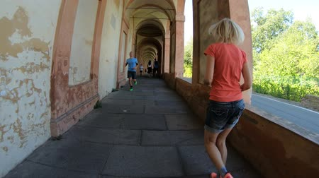 sundurma : Bologna, Italy - September 29, 2018: people running under San Lucas portico: the longest porch in the world leading to the San Luca Sanctuary on Colle della Guardia. Bologna city of Italy. Stok Video
