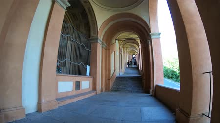 sundurma : Bologna, Italy - September 29, 2018: tourists in San Lucas portico, leading to the San Luca Sanctuary on Colle della Guardia. Bologna city of Italy. Stok Video