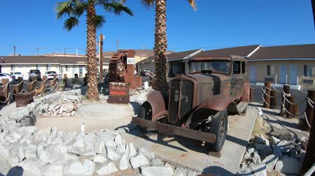 souvenirs : Barstow, California, USA - August 15, 2018: located on the famous Route 66, this retro motel in Barstow offers a collection of vintage cars and souvenirs of Route 66, Ca.
