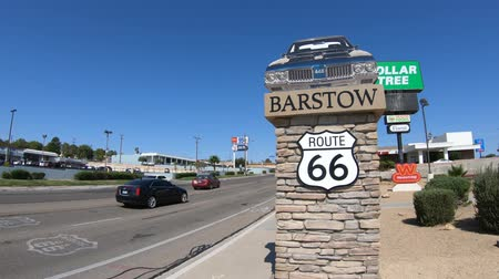 шесть : Barstow, California, USA - August 15, 2018: Barstow Sign with 1960s Oldsmobile 442 on main street Route 66. Barstow is in Mojave Desert between Los Angeles and Las Vegas. Стоковые видеозаписи