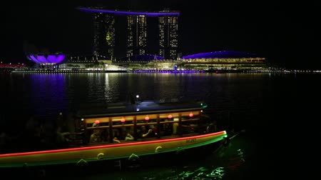 skypark : Singapore - April 27, 2018: Marina Bay boat with laser show at night at Sands Hotel Casino and ArtScience Museum on the Waterfront promenade in Marina Bay area Singapore. Stock Footage