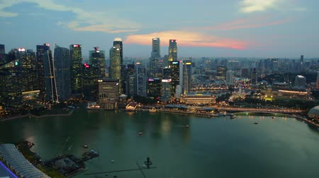 szingapúr : Panorama time lapse of Singapore Marina Bay with Financial District skyscrapers at sunset in the harbor. Singapore cityscape aerial view.