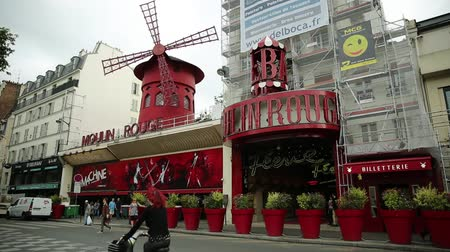 румяна : Paris, France - July 1, 2017: Boulevard de la Clichy and nightclub Moulin Rouge in Pigalle red lights district. Most popular historical theater and cabaret attraction of Paris.Tourism in Paris Capital