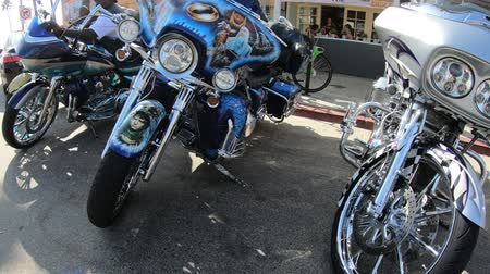 zadnice : Los Angeles, California, United States of America - August 21, 2018: airbrushed Harley Davidson motorbikes in the Venice Beach main road Washington Blvd in Los Angeles. Santa Monica district. Dostupné videozáznamy