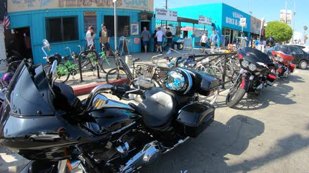 trace : Los Angeles, Californië, Verenigde Staten van Amerika - 21 augustus 2018: artistieke airbrush Harley Davidson motorfietsen in de Venice Beach hoofdweg Washington Blvd in Los Angeles. Santa Monica district