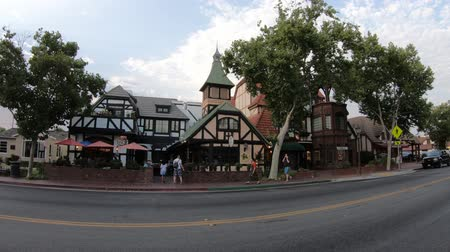 dánština : Solvang, California, United States of America - August 11, 2018: harley davidson motorbike in the main road of Solvang town, in Santa Barbara County, with buildings in traditional Danish style. Dostupné videozáznamy