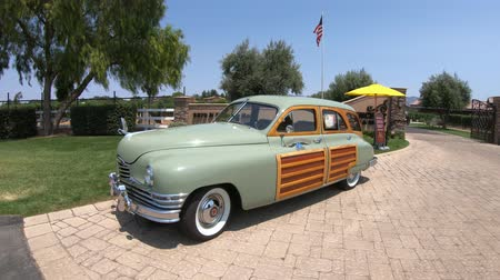 седан : Santa Ynez, California, USA - August 2018: 1940s Packard Eight Woody Wagon at Vincent Vineyards Winery, a producer of finest French Cabernet wine that cultivate some of the highest quality grapes.