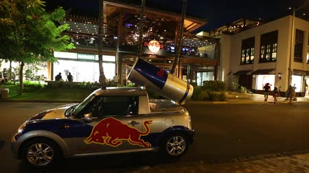 Оаху : Waikiki, HONOLULU, OAHU, HAWAII, USA - August 19, 2016: Red Bull Mini car at Hard Rock Cafe in Waikiki town of HAWAII islands.
