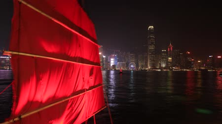 orchestre : Hong Kong, Chine - 1 décembre 2016: Time lapse skyline avec Aqua Luna jonque à voile rouge de Tsim Sha Tsui à Kowloon. points de repère Central Plaza et Hong Kong Convention Exhibition Centre la nuit.