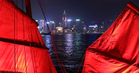 симфония : Hong Kong, China - December 1, 2016: the red sails of Aqua Luna boat junk boat in Hong Hong skyline. Tsim Sha Tsui in Kowloon.