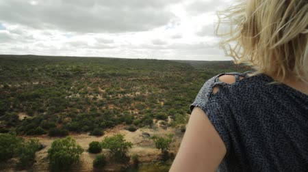 見落とす : Blonde woman enjoys the Murchison River gorge view from Hawks Head lookout in Kalbarri National Park, Western Australia.