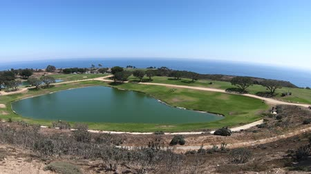 plac zabaw : Panoramic aerial view of the Pacific Coast in California. Golf course of University in Malibu, United States. The main campus on the hills overlooking the Pacific Ocean. Blue sky, sunny day