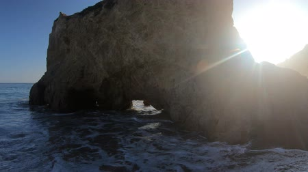 vápenec : Close up on the natural arch of the El Matador Beach at beautiful sunset light, CA, United States. Pillars, boulders and rock formations of most photographed Malibu beach. Dostupné videozáznamy