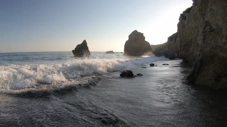 vápenec : Waves on seashore of El Matador Beach at sunset soft light in Malibu Coast, California, United States. Waves of California West Coast. Limeston formations on blurred background. Dostupné videozáznamy