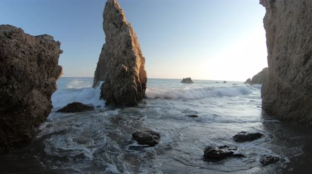kolumna : Seashore of El Matador Beach near Malibu, California, United States. Waves between limestone formations on Pacific Ocean. Sunset light. California West Coast travel.