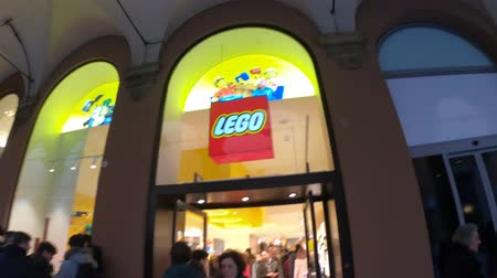 lego : BOLOGNA, ITALY- DECEMBER 6, 2018: Lego storefront of Bologna city with people passing by. LEGO is a line of plastic construction toys that are manufactured by The Lego Group in Billund, Denmark Stock Footage