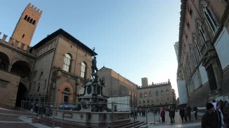восстановлено : Bologna, Italy - December 7,2018:Architecture panorama of Bologna city. Neptune bronze statue and restored fountain, with historic orange-red buildings background in Nettuno square of the town center.
