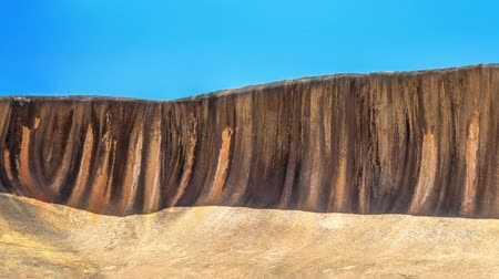 erozyon : Panorama wide view of Wave Rock an ocean wave shaped rock , located in Hyden Wildlife Park, Western Australia. 15 m - 49 ft high and around 110 m - 360 ft long. Famous landmark in Australian outback.