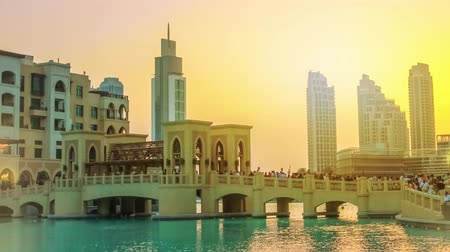 grãos : Scenic view of Burj Khalifa Lake, a pool where they dance the Dubai Fountain. On background, the Souk Al Bahar and Burj Khalifa at dusk in Dubai Downtown District, United Arab Emirates.