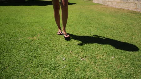 тапочка : woman walking with flip flop on the park grass of Perth city in Elizabeth Quay district, Western Australia. Outdoors activities. Concept of ecology, freedom and nature.