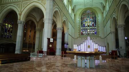 concepcion : Perth, Australia Occidental - 3 de enero de 2018: ábside interior de la Catedral de St Marys en la ciudad de Perth con órgano y vidrieras. Estilo neogótico Gran angular wiew. Archivo de Video