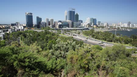 посетитель : Kings Park overlooking Perth Water, a section of Swan River, and central business district of Perth from the most popular visitor destination in Western Australia. Blue sky. Perth skyline aerial view. Стоковые видеозаписи