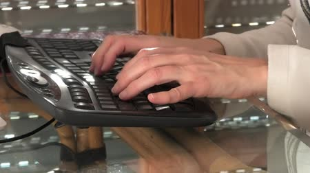 плата : Businesswoman shopping online in e-commerce. The concept of online payment, compulsive shopping, shopping addiction. Woman hands typing on black computer keyboard. Стоковые видеозаписи