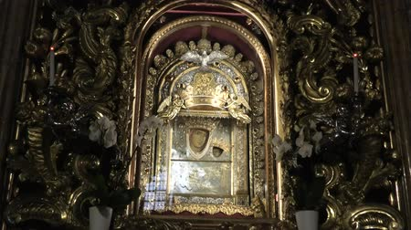 kultusz : Bologna, Italy - January 12, 2018: altar with Madonna with child icon, popular devotion of faithful and pilgrims. Interior Madonna of San Luca sanctuary, a basilica dedicated to Marian Catholic cult.