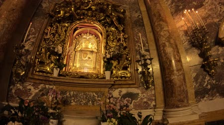 メアリー : Bologna, Italy - January 12, 2018: panorama of altar of Madonna with child painting, popular devotion of faithful and pilgrims. Interior Madonna of San Luca sanctuary.
